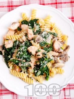 Паста фузили (или спагети) с гъби, сьомга, спанак и сирене пармезан - снимка на рецептата